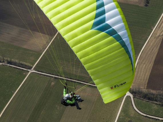 Das Bild zeigt den Gleitschirm Gin Gliders Fuse. Das ist ein Tandemschirm und eignet sich für den Passagierflug. Das Bild wurde von oben aufgenommen.
