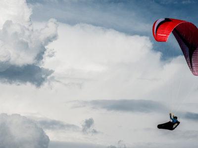 EN-B Schirm Gin Gliders Explorer Gleitschirm im Flug vor Wolken