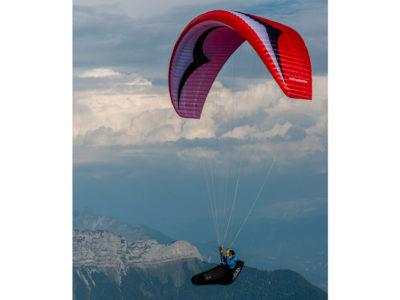 EN-B Schirm Gin Gliders Explorer Gleitschirm mit Gurtzeug im Flug