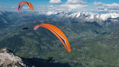 EN-D CCC Wettkampfschirm Gin Gliders Boomerang 11 Gleitschirm im Flug vor Bergen