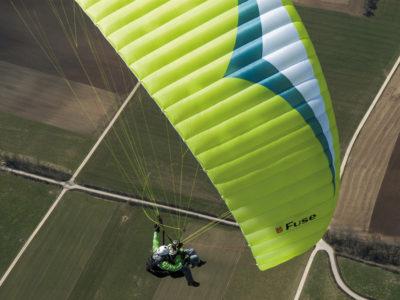 professioneller Tandemschirm Gin Gliders Fuse Gleitschirm im Flug mit Passagier