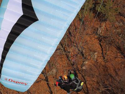 leichter Tandemschirm Gin Gliders Osprey Gleitschirm im Flug mit Passagier und Tandempilot