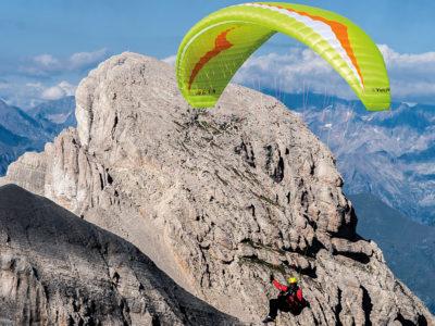 Leichtschirm Gin Gliders Yeti 4 EN-A Gleitschirm Wasabi im Flug in den Bergen