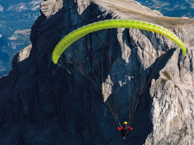 Leichtschirm Gin Gliders Yeti 4 EN-A Gleitschirm im Flug vor Felsen
