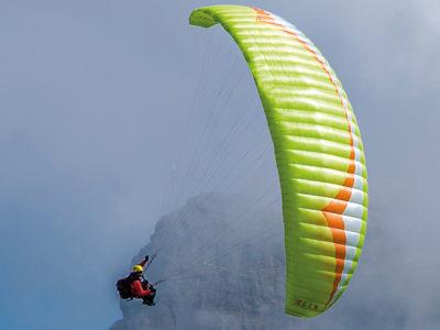 Leichtschirm Gin Gliders Yeti 4 EN-A Gleitschirm Wasabi im Flug mit Sitzgurtzeug