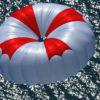 Rettungsgerät Rundkappe Swing Escape im Flug über Wasser
