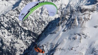 Leichtschirm U-Turn Annapurna EN-B Gleitschirm im Flug im Himalaya