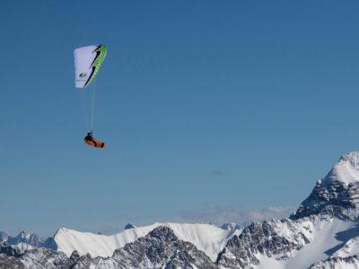Leichtschirm U-Turn Annapurna EN-B Gleitschirm im Flug mit Liegegurtzeug