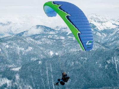 Leichtschirm U-Turn Everest Plus EN-C Gleitschirm im Flug mit Sitzgurtzeug