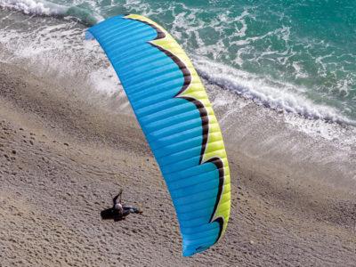 U-Turn Infinity 4 EN-B Gleitschirm im Flug über dem Strand