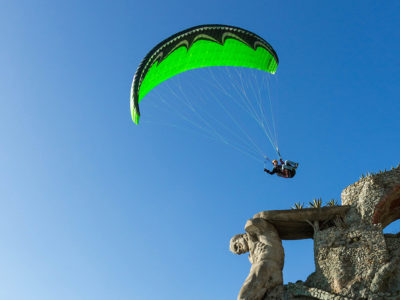 Gleitschirm Acroschirm U-Turn Redout im Kunstflug über Felsen