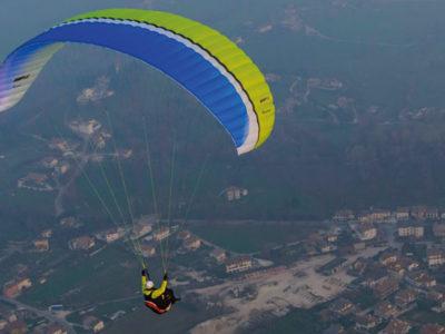 UP Ascent 3 EN-A Gleitschirm im Flug von schräg hinten