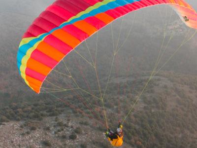 Der Gleitschirm BGD Adam ist ein EN-A2 Schirm und daher auch ein Anfängerschirm. Das Bild zeigt den Paragleiter im Flug von hinten.