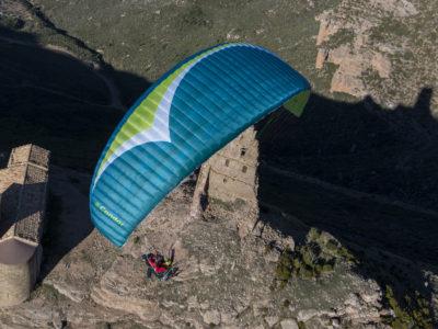 Gin Gliders Condor, Tandemschirm und Motorschirm in einem, im Flug mit Passagier von oben vor Ruine