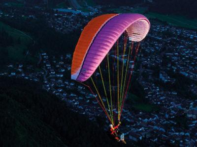 Gleitschirm in der EN-B Kategorie, der UP Kibo im Flug von schräg vorne