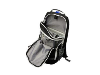 Das Bild zeigt den Air Design Rucksack Urban. Er eignet sich zum Gleitschirmfliegen oder auch als Daypack für Gleitschirm begeisterte Menschen. Auf dem Bild ist der Rucksack geöffnet.