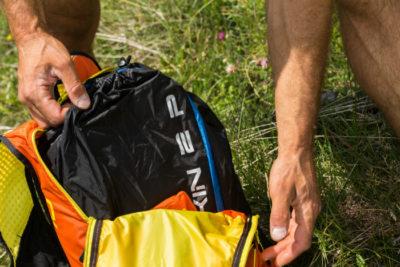 Das Bild zeigt Details des Gleitschirm Rucksack Niviuk Kargo P25. Dieser eignet sich besonders gut zum Gleitschirmfliegen, als Daypack oder zum Hike and Fly.