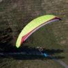 Das Bild zeigt den neuen Gleitschirm der Kategorie C von Gin Gliders. Der Gleitschirm hat den Namen Bonanza 2. Das Bild zeigt den Schirm in gelb oder grün, so genau kann man das nicht erkennen.